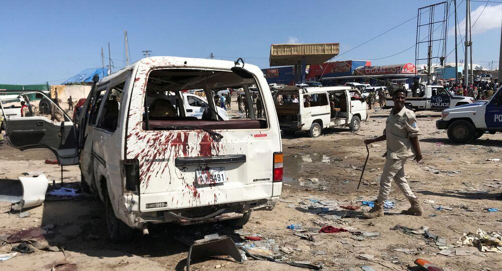 El lugar de la explosión de un coche bomba en Somalía