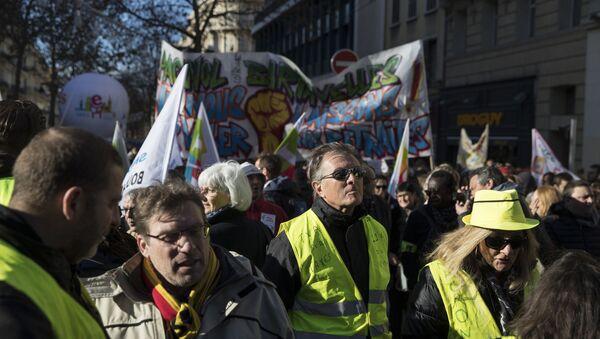 Una protesta de 'chalecos amarillos' en París - Sputnik Mundo