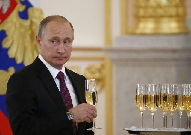 El presidente Vladímir Putin celebra con una copa de champán