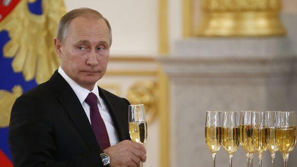 El presidente Vladímir Putin celebra con una copa de champán - Sputnik Mundo