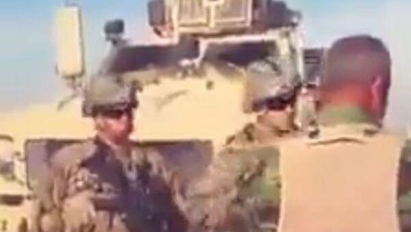 Soldado sirio se enfrenta a los soldados estadounidenses - Sputnik Mundo