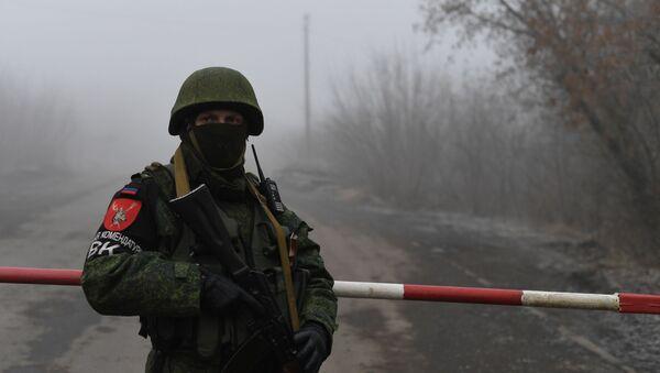 Un soldado de la República Autoproclamada de Donetsk en espera del canje - Sputnik Mundo