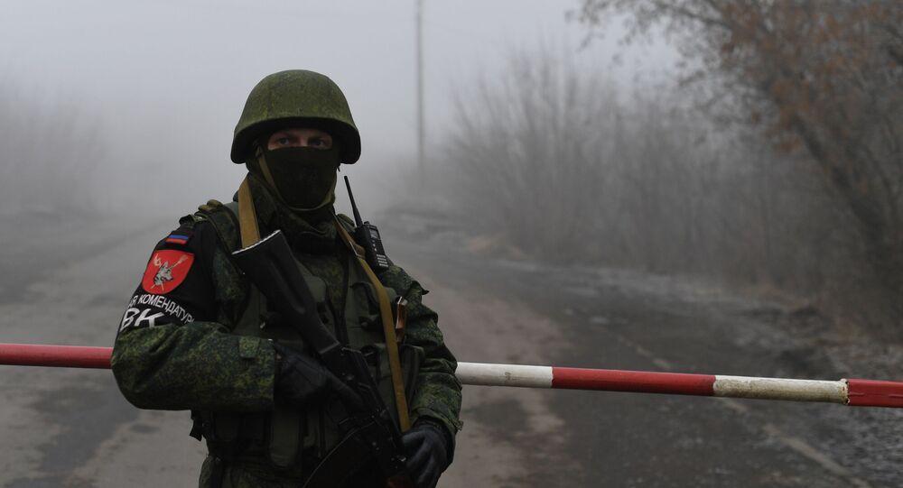 Un soldado de la República Autoproclamada de Donetsk en espera del canje