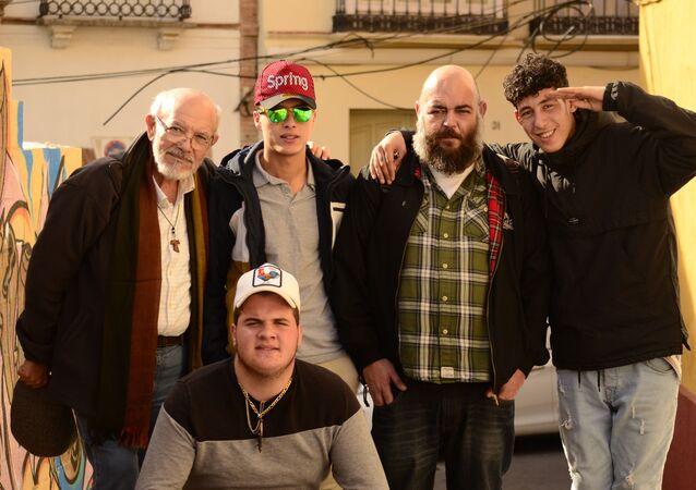3 de los 5 jóvenes inmigrantes ex tutelados con Francisco Salcedo, uno de los hermanos donantes de la casa, y Pedro García, monitor de Málaga Acoge