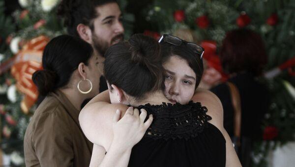 Gente se abraza en el funeral de Elsa Mendoza asesinada en el tiroteo masivo de El Paso. - Sputnik Mundo