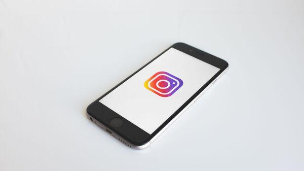 Smartphone con el logo de Instagram - Sputnik Mundo