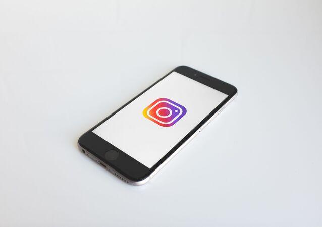 Smartphone con el logo de Instagram