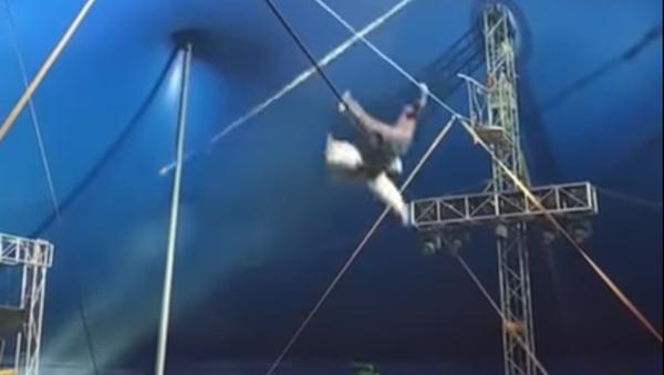 Un equilibrista cae al vacío y lanza un grito de sufrimiento - Sputnik Mundo