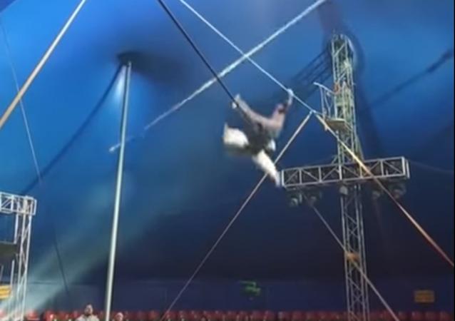Un equilibrista cae al vacío y lanza un grito de sufrimiento