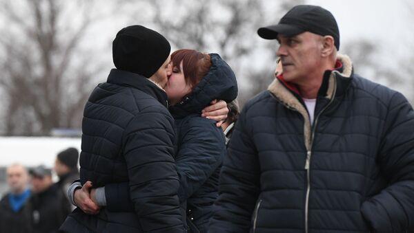 Las familias se runen tras el canje de prisioneros en Donbás - Sputnik Mundo