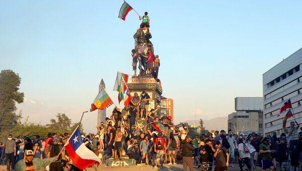 Manifestantes en Plaza de la Dignidad, Santiago de Chile - Sputnik Mundo