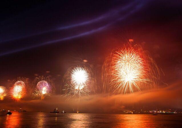 Fuegos artificiales sobre el mar - imagen referencial