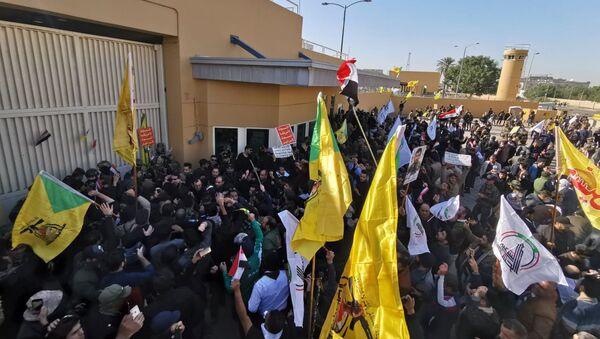 Manifestantes iraquíes cerca de la Embajada de EEUU en Bagdad - Sputnik Mundo