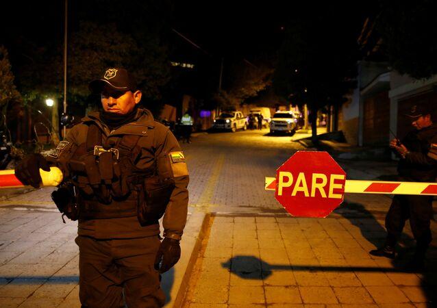 Policía cerca de la Embajada de Mexico en La Paz