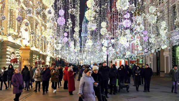 Personas caminan por la calle Nikolskaya de Moscú - Sputnik Mundo