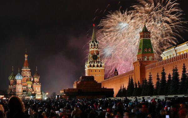 Los fuegos artificiales en la Plaza Roja la madrugada del 1 de enero - Sputnik Mundo