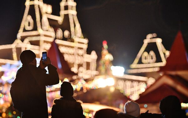 Moscovitas celebran la llegada del año nuevo en la Plaza Roja - Sputnik Mundo