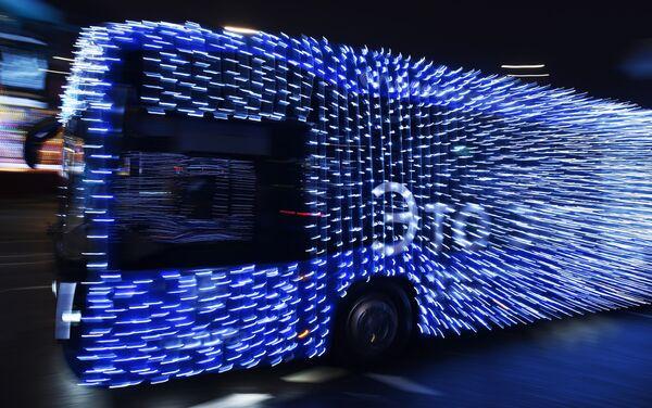 Autobuses y tranvías con decoraciones navideñas cruzan la ciudad - Sputnik Mundo