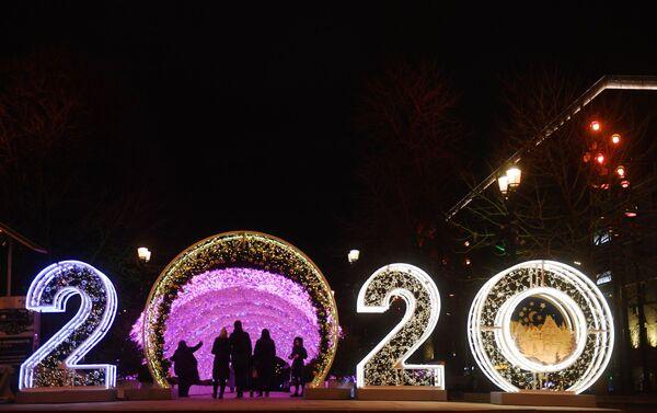Enormes instalaciones con el número 2020 pueden ser vistas en diversos parques y plazas moscovitas - Sputnik Mundo