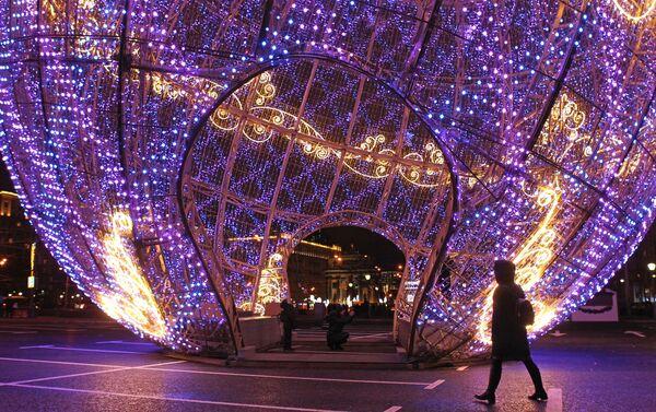 En el parque de la Victoria se instaló la bola de Navidad multimedia musical más grande del mundo. Su altura es de 20 metros. - Sputnik Mundo