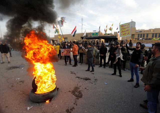 Manifestantes cerca de la Embajada de EEUU en Bagdad