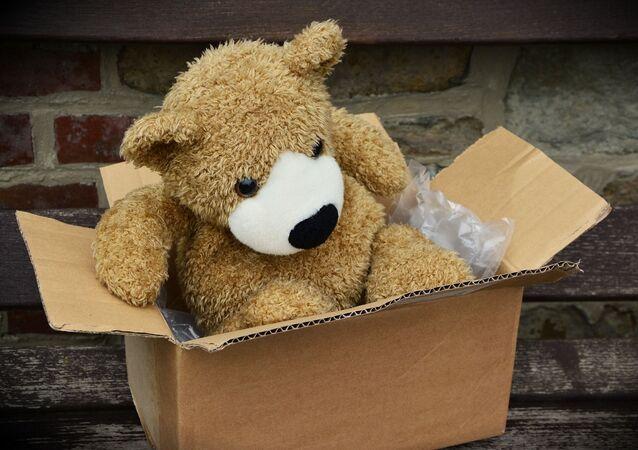 Un oso de peluche en una caja