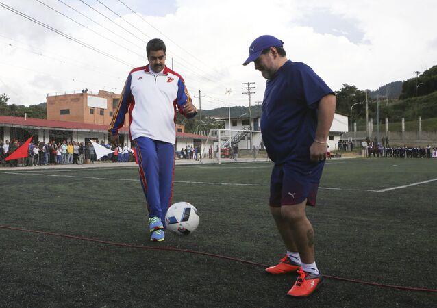 El presidente venezolano Nicolás Maduro juega al fútbol junto al argentino Diego Maradona en 2017