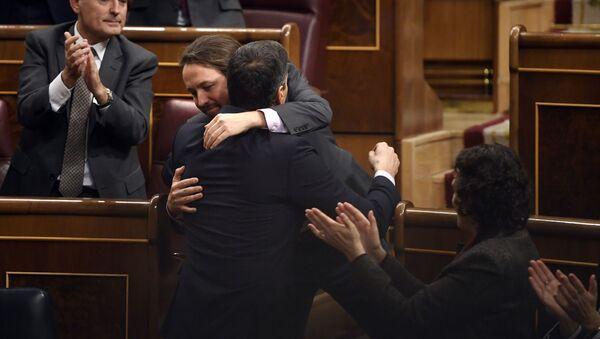 Pablo Iglesias junto a Pedro Sánchez - Sputnik Mundo