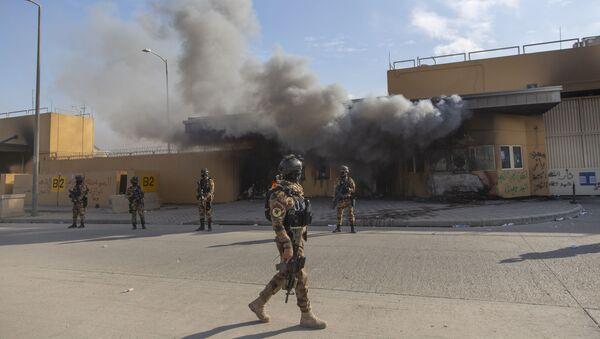 Militares iraquíes frente a la embajada de EEUU en Bagdad - Sputnik Mundo