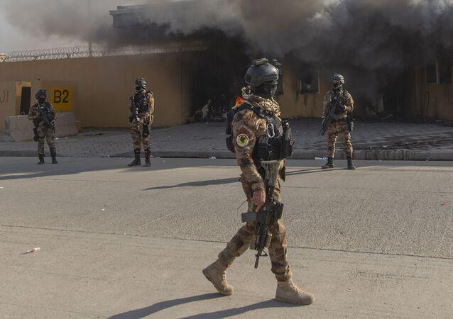 Militares iraquíes frente a la embajada de EEUU en Bagdad (archivo)