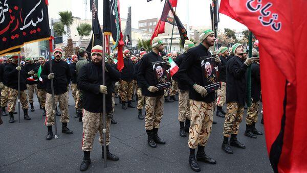 Los soldados iraníes en la ceremonia de despedida del general Soleimani  - Sputnik Mundo