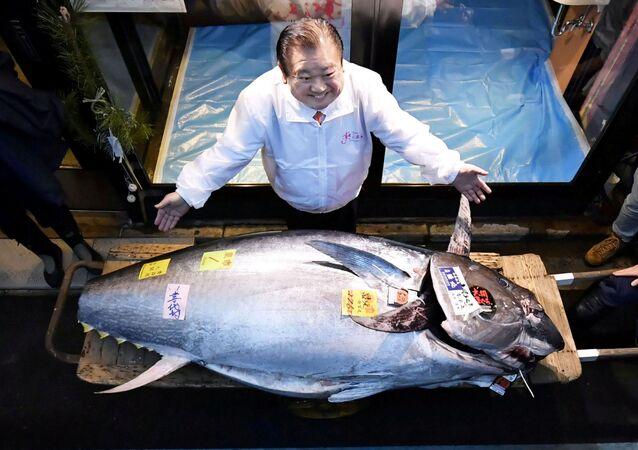 Kiyoshi Kimura junto al atún de 278 kilogramos