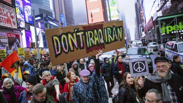 Activistas marchan en Times Square para protestar contra las recientes acciones militares estadounidenses en Irak  - Sputnik Mundo