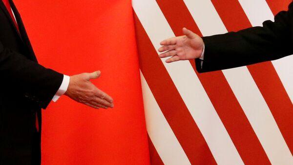 El presidente de Estados Unidos, Donald Trump, y el presidente de China, Xi Jinping, se dan la mano - Sputnik Mundo