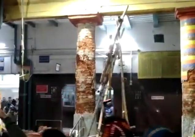 Una estación de trenes se derrumba sobre los pasajeros en la India