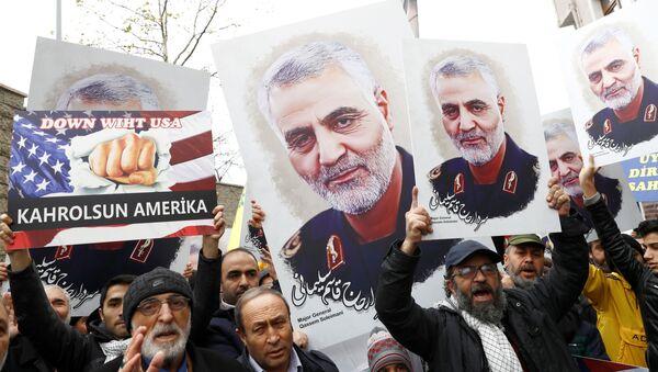 Manifestantes con carteles del general Soleimani - Sputnik Mundo