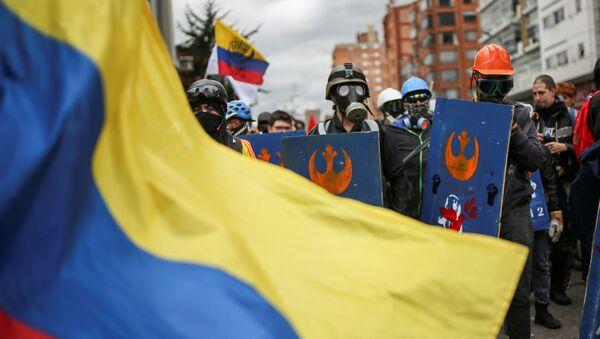 Demonstrantes con la bandera de Colombia - Sputnik Mundo
