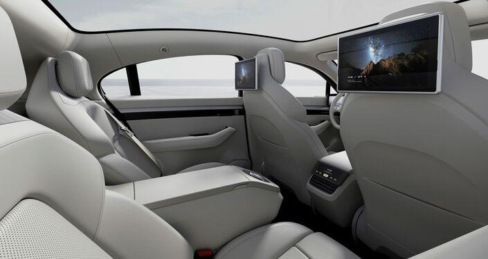 Los pantallas inteligentes del Vision-S y los asientos traseros