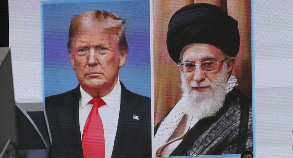 Imagenes del presidente de EEUU, Donald Trump, y el líder supremo de Irán, ayatolá Alí Jameneí, en una pantalla
