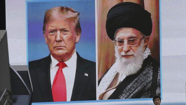 Imagenes del presidente de EEUU, Donald Trump, y el líder supremo de Irán, ayatolá Alí Jameneí, en una pantalla - Sputnik Mundo