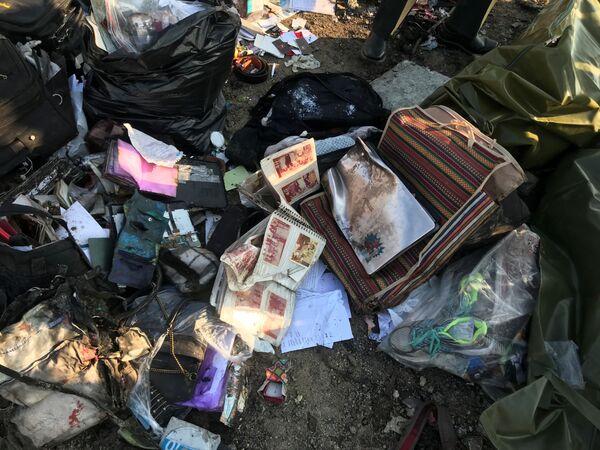 Los objetos personales de los pasajeros en el lugar de la catástrofe aérea - Sputnik Mundo