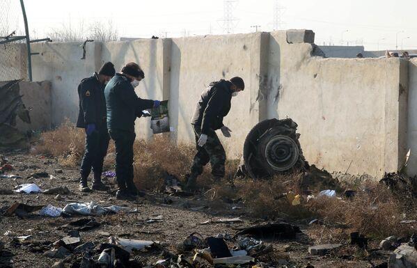 Los rescatistas se encuentran en el lugar de la catástrofe aérea en Irán - Sputnik Mundo