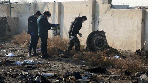 Спасатели на месте крушения самолета в Иране - Sputnik Mundo