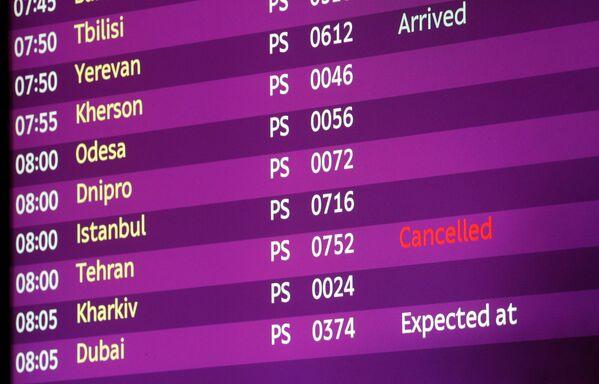 En la pantalla de vuelos del aeropuerto de Boryspil, el vuelo de Teherán con destino a Kiev está marcado como cancelado - Sputnik Mundo
