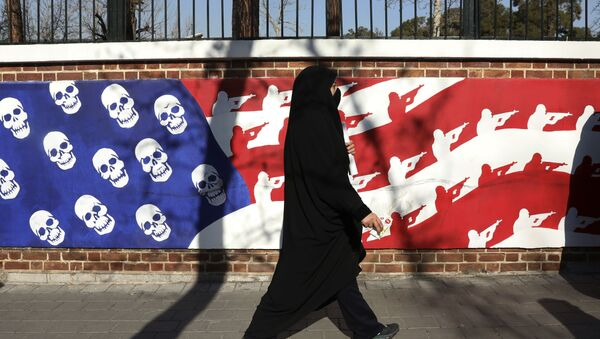 Un muro en Teherán pintado con colores de la bandera de EEUU - Sputnik Mundo