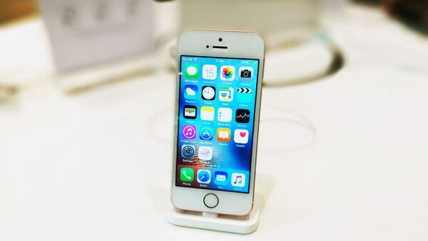 Un iPhone SE, foto de archivo - Sputnik Mundo
