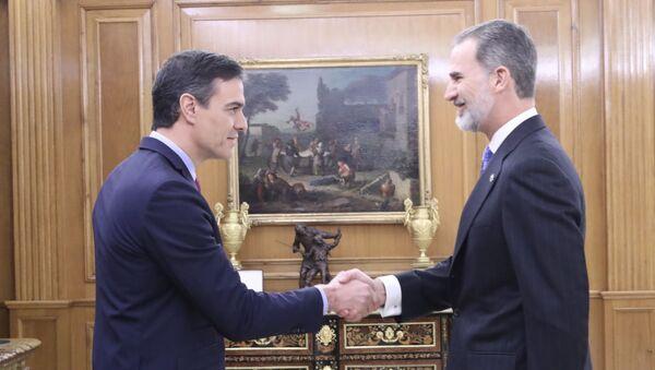 Pedro Sánchez, el presidente del Gobierno español, y Felipe VI, el rey de España  - Sputnik Mundo