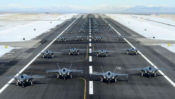 Unos 52 F-35 estadounidenses antes del despegue - Sputnik Mundo