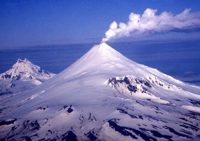 El volcán Shishaldin, archivo