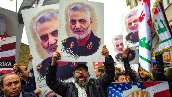 Activistas con el retrato del general iraní Qasem Soleimani tras la tensión entre EEUU e Irán - Sputnik Mundo